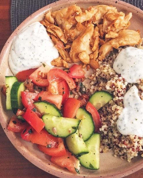 Assiette composée, tomates concombre, creme de yaourt de soja aux herbes, mélange gourmand quinoa boulgour, aiguillettes de soja