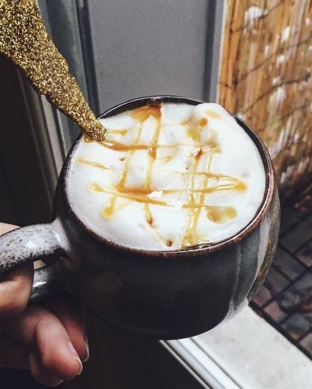 Latte avec lait de soja vanille et sirop d'agave caramel